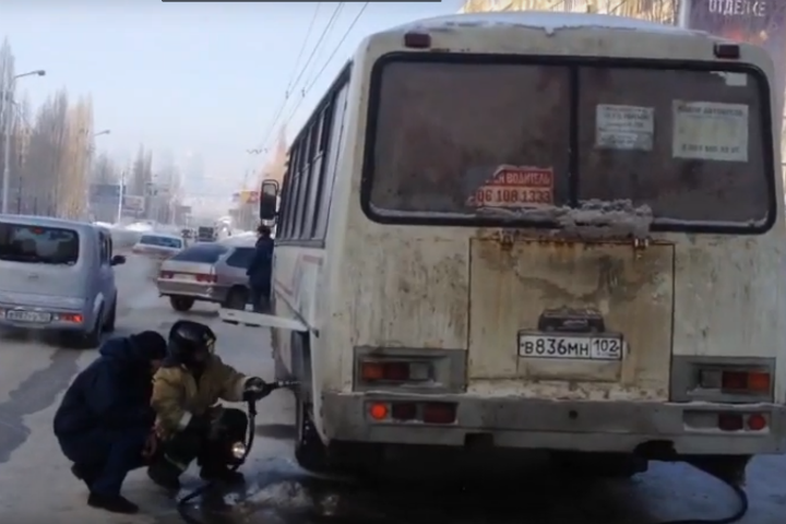 Надороге Уфы зажегся автобус