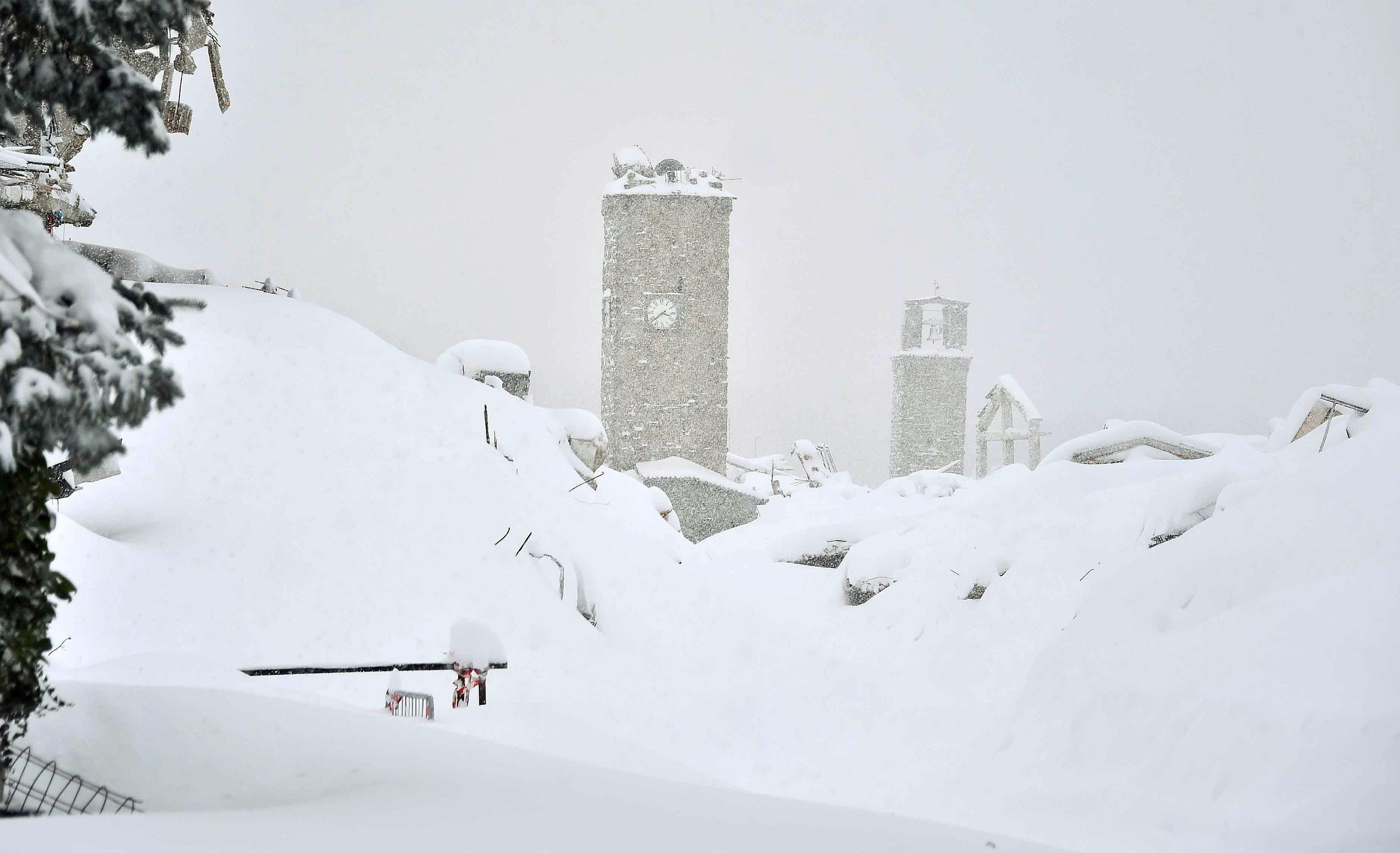 ВИталии снежная лавина накрыла отель спостояльцами
