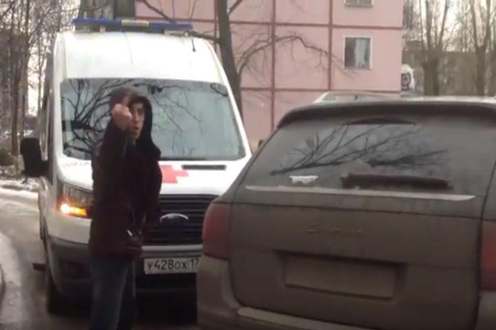 Порш перекрыл дорогу скорой вПетербурге