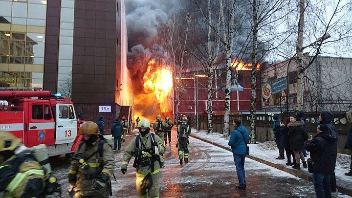 Площадь пожара в помещении вПетербурге возросла дотысячи квадратных метров