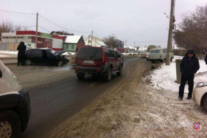 Влобовом столкновении ВАЗа иУАЗа пострадали двое волгоградцев
