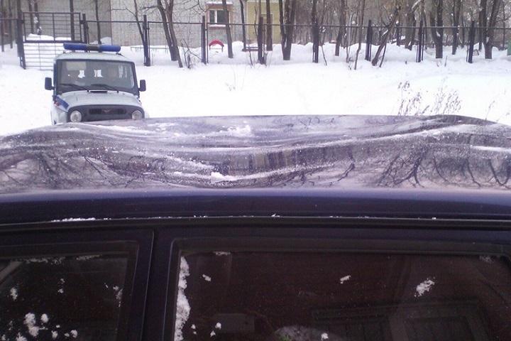 Глыба льда помяла машину, припаркованную удома наулице Камчатской вТюмени