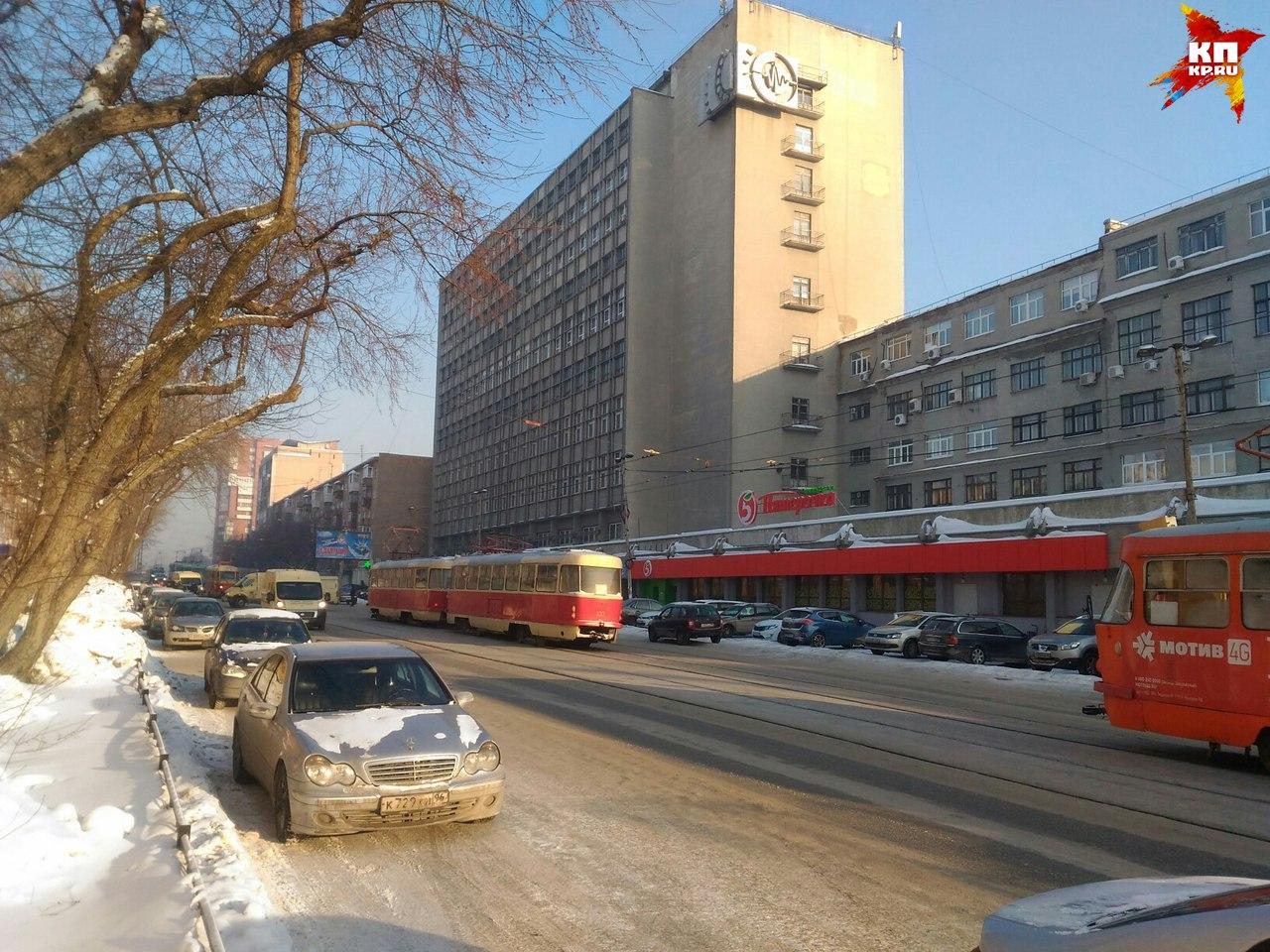 ДТП наЛуначарского: 5 машин, трамваи иавтомобиль инкассаторов