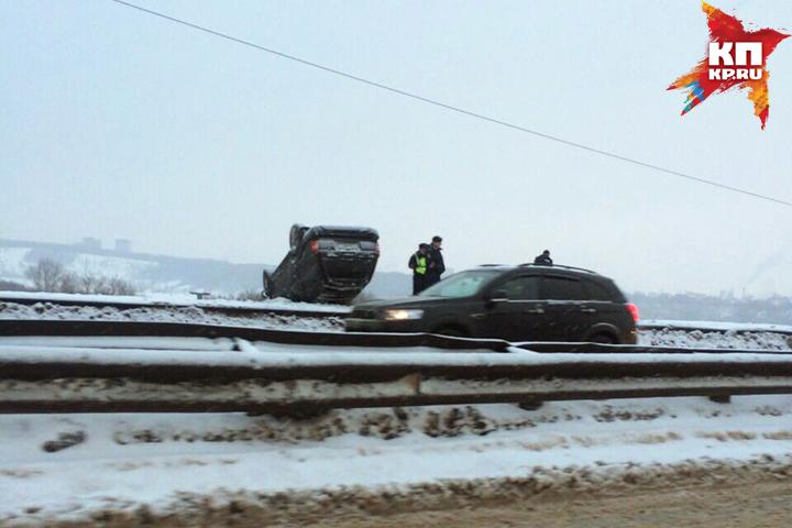 В Н.Новгороде вседорожный автомобиль едва неупал сМызинского моста вреку