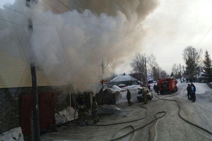Ребенок разжигал печь бензином испалил соседние дома имашину вНовосибирске
