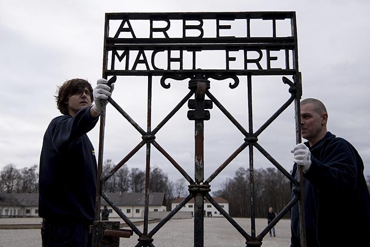 Похищенные ворота снадписью Arbeit macht frei вернули вДахау