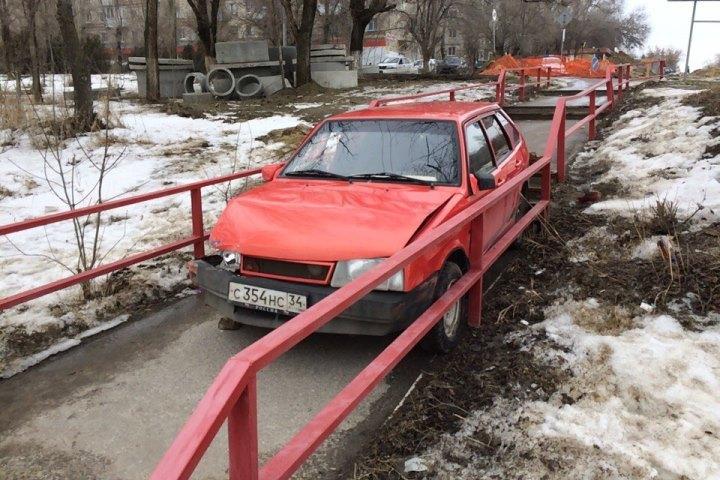 ВВолгограде красная «девятка» вылетела напешеходную лестницу наТарифной
