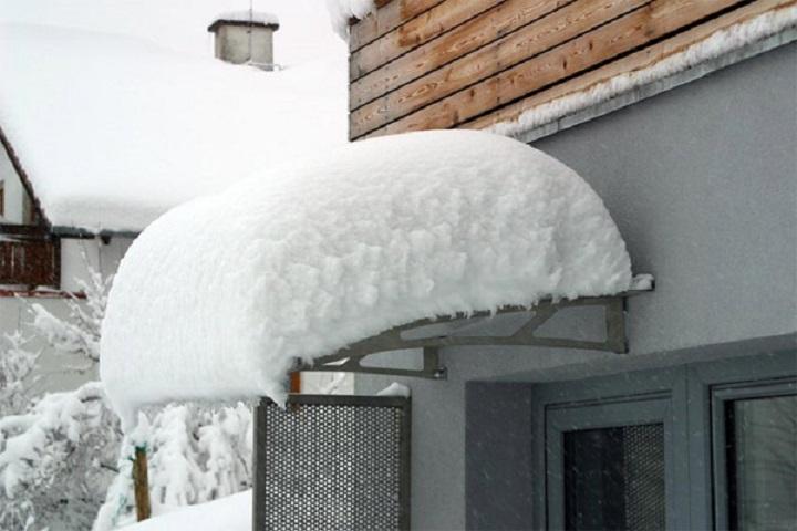ВЧебоксарах рухнул козырек жилого дома под тяжестью неубранного снега