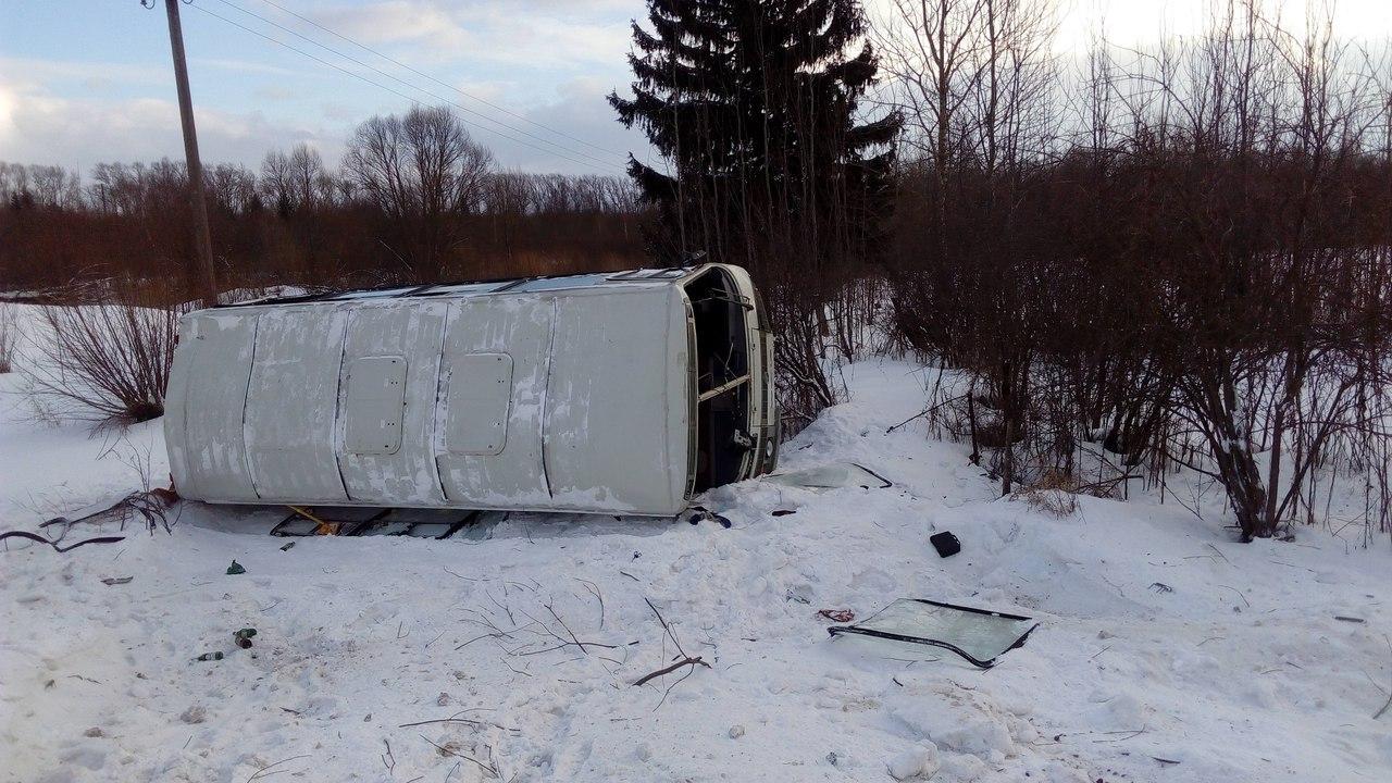 ВТверской области перевернулся автобус спассажирами