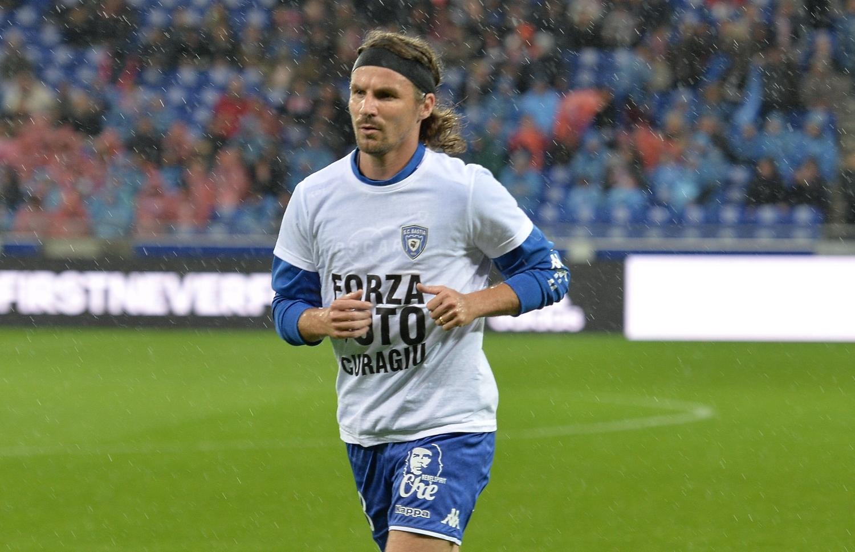 Французский футболист ударил втабло резервного арбитра