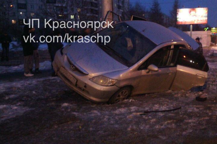 ВКрасноярске 2 человека пострадали после сальто иномарки наперекрестке