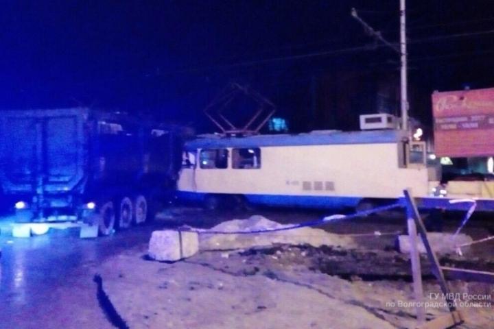ВВолгограде грузовой автомобиль врезался втрамвайный спецвагон