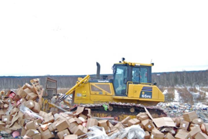 ВПетербурге трактор раздавил 12 тонн санкционного желе изПольши