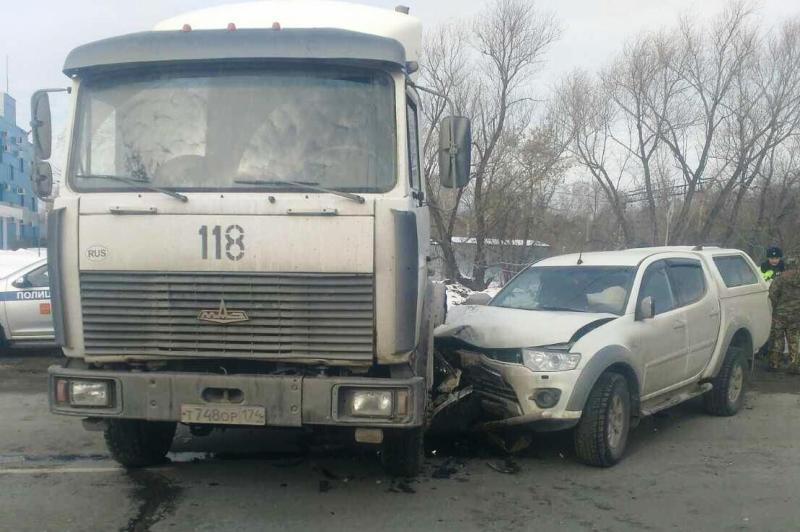 ВЧелябинске фургон смял вседорожный автомобиль