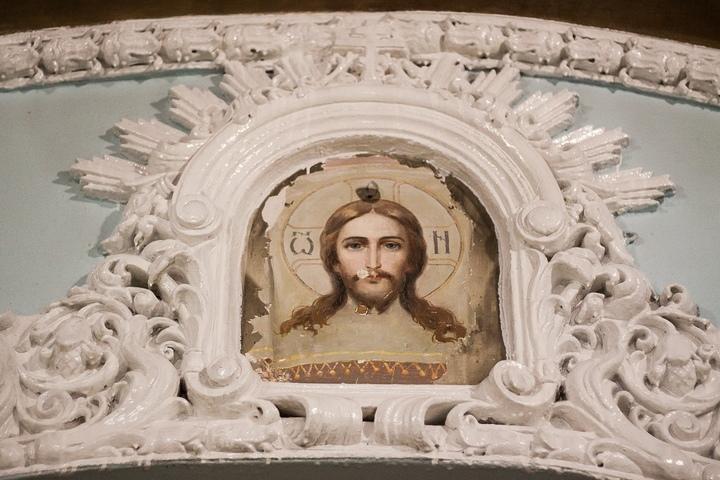 Вкрасноярском Покровском соборе под штукатуркой обнаружили икону Христа