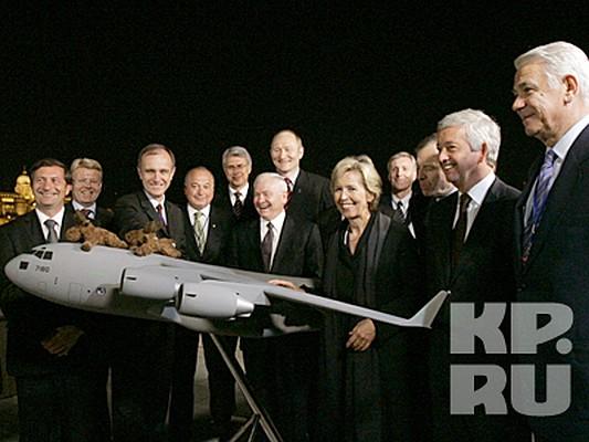 В Венгрии проходит двухдневная встреча министров обороны стран-членов НАТО, на которой Вашингтон рассчитывает убедить союзников направить войска на борьбу с наркоторговлей в Афганистане