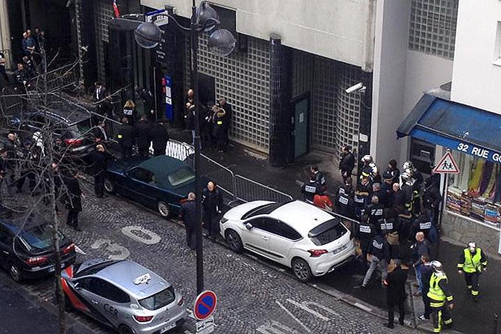 Вооруженного ножом застрелили у входа в комиссариат 18-го округа Парижа. Фото: REUTERS