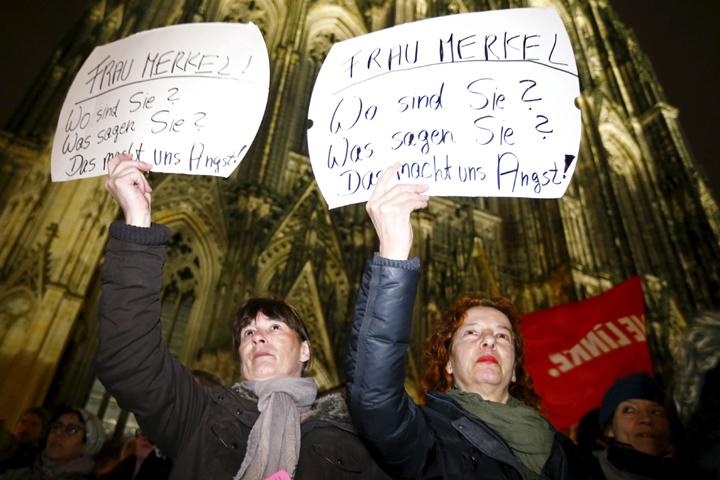 «Где вы, госпожа Меркель? Вооружите Кельн» - с такими обращениями люди выходят на главную городскую площадь Фото: REUTERS