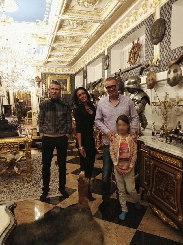 Панин со своей девушкой Татьяной, другом семьи певцом Андреем Ковалевым и дочкой Нюсей. Фото: архив Алексея Панина