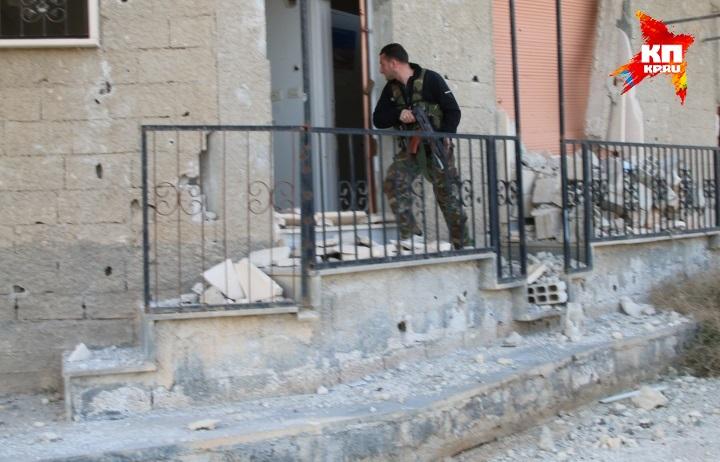 Зачистки продолжаются, солдаты простреливают подозрительные углы. Фото: Александр КОЦ, Дмитрий СТЕШИН