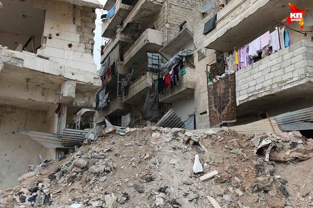 Заградительное сооружение из бетонного мусора и арматуры сделали боевики еще в далеком 2013-м. Фото: Александр КОЦ, Дмитрий СТЕШИН