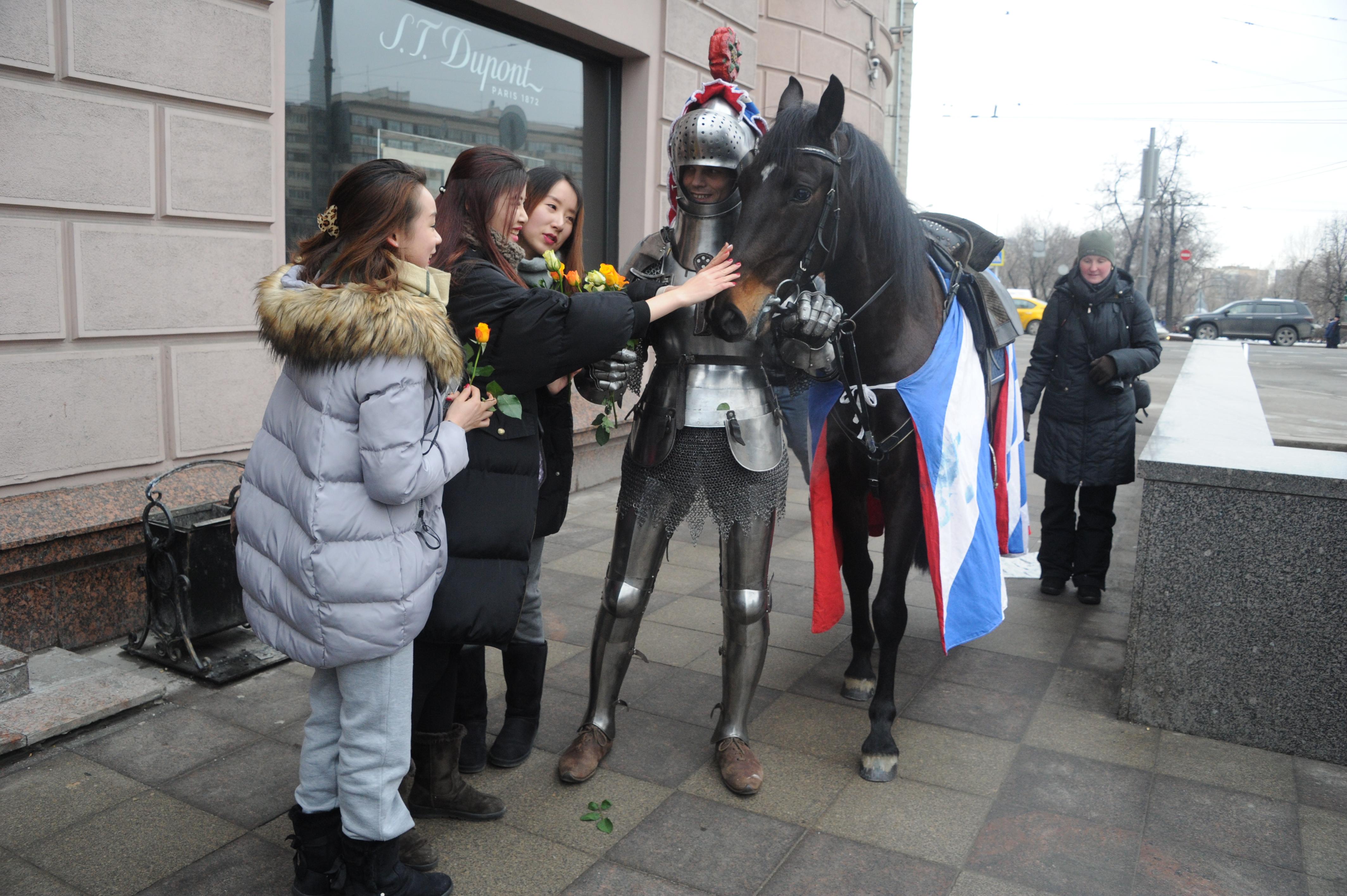 Стоило из-за очередного угла появиться статному рыцарю на коне, да еще и с букетом цветов… женские лица по-настоящему расцветали Фото: Владимир ВЕЛЕНГУРИН