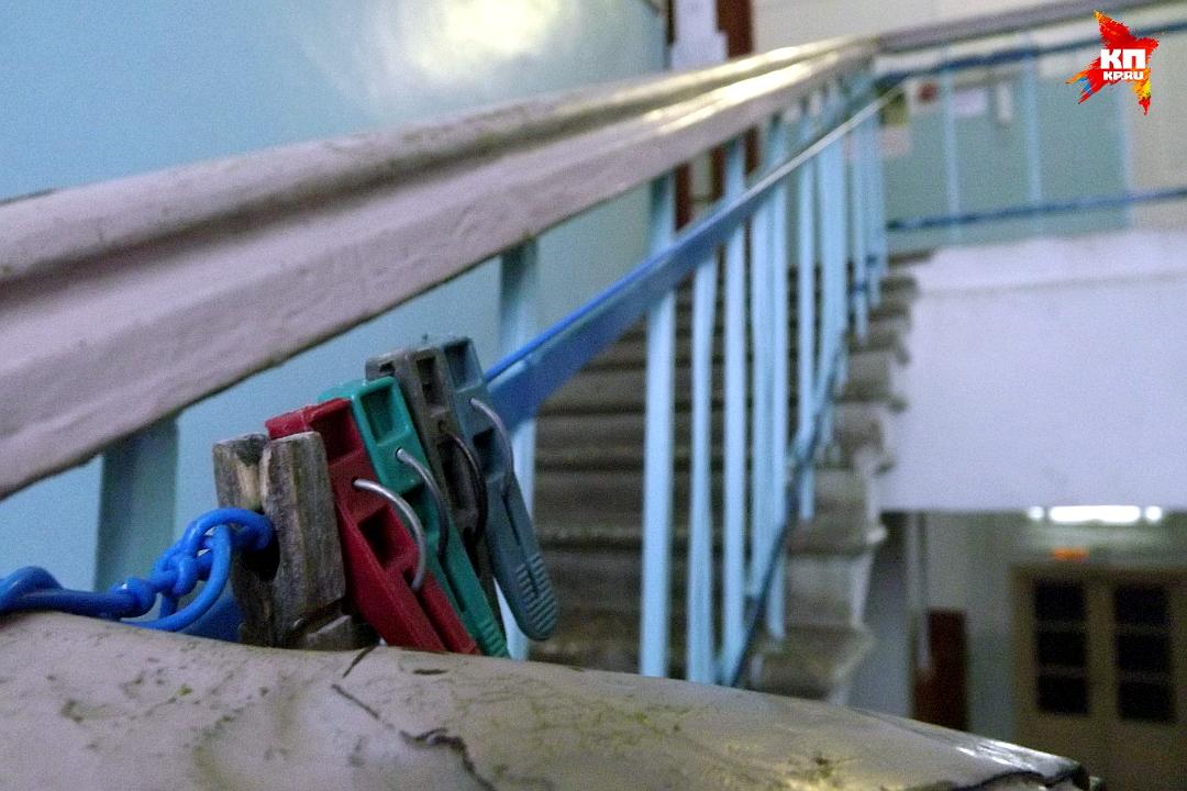 Чтобы шикарная лестница в фойе не простаивалась, вдоль перил натянули веревки дял сушки вещей. Фото: Василий ХОДАРЕВ