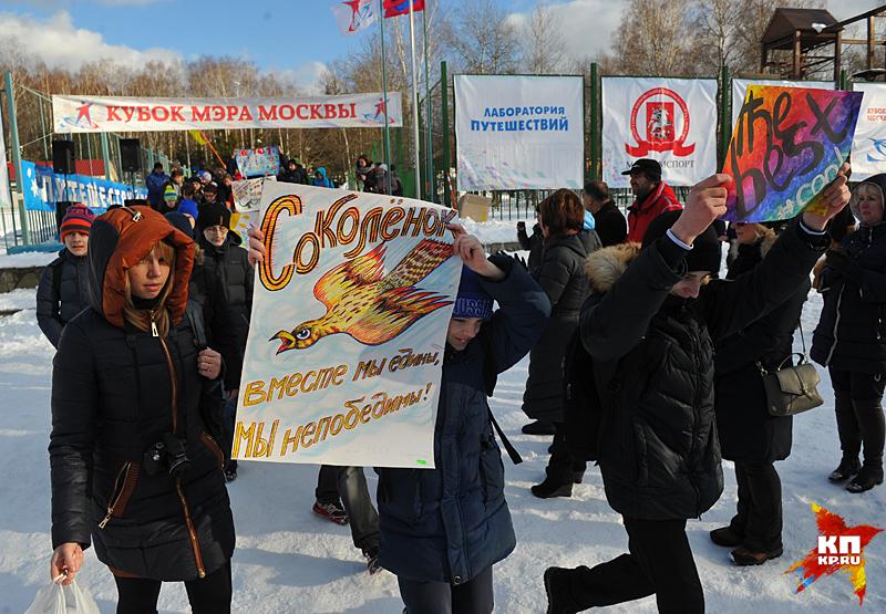 Школьники нарисовали плакаты и придумали кричалки для своих «подшефных» спортсменов, а потом продолжили игры вместе Фото: Виктор ГУСЕЙНОВ