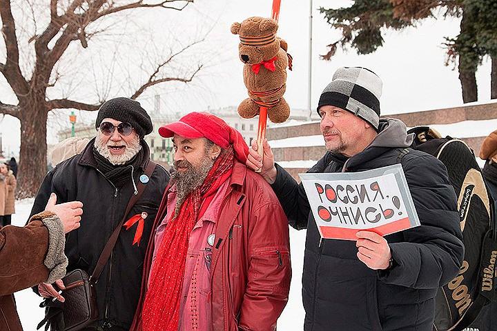 Участники шествия в Петербурге с плюшевым мишкой. Фото: PHOTOXPRESS