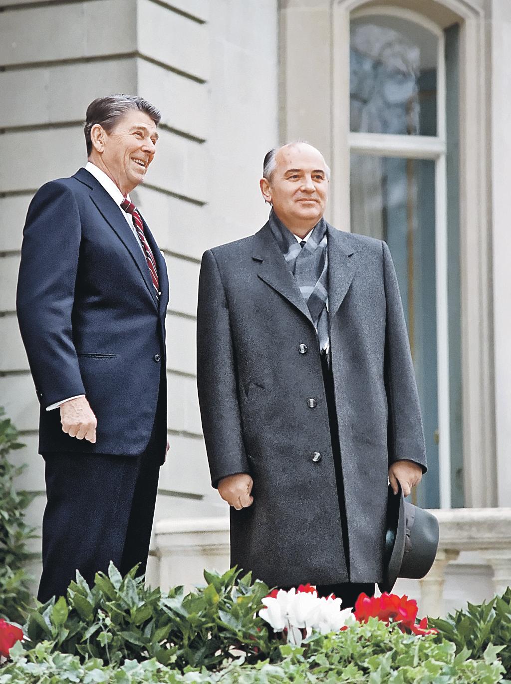 Впервые Горбачев встретился с президентом США Рейганом  в ноябре 1985 года в Женеве.  И с тех пор все уступал и уступал... Фото: GLOBAL LOOK PRESS
