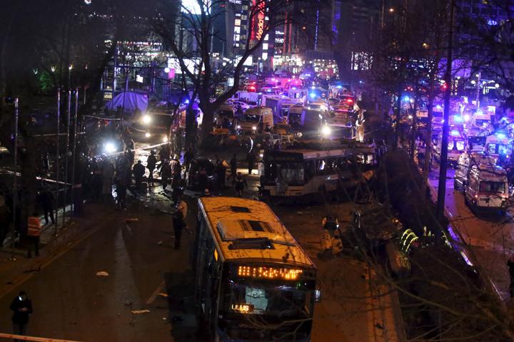 На автобусной остановке рядом со сквером Гювен-парк на воздух взлетел начиненный взрывчаткой автомобиль. Фото: REUTERS