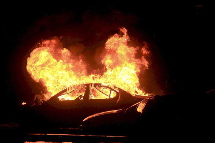 После взрыва начался пожар - огонь охватил автобус и несколько автомобилей Фото: REUTERS