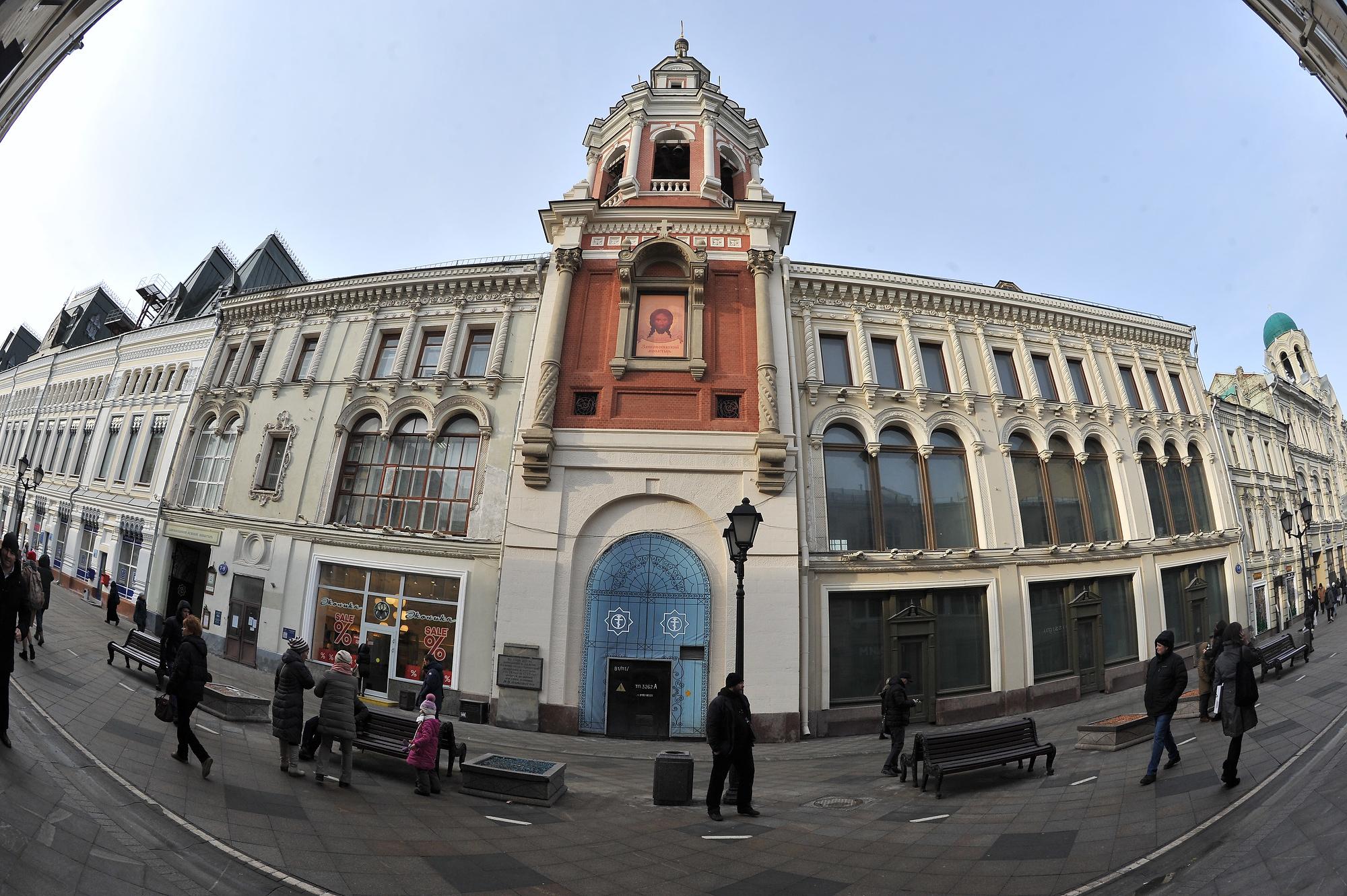 Доходный дом со Святыми воротами Заиконоспасского монастыря, часть строений которого церкви сейчас не принадлежат. Фото: Михаил ФРОЛОВ