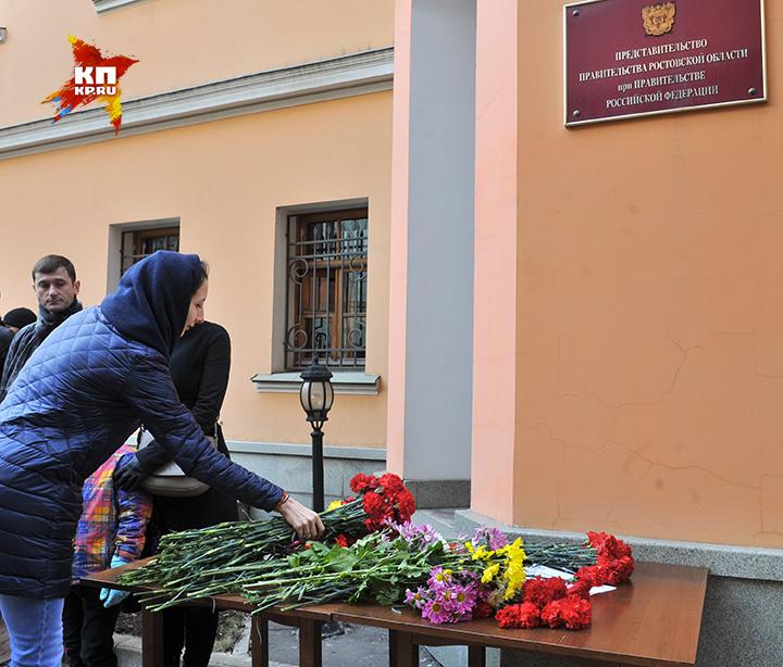 Многие пришли почтить память жертв крушения пассажирского лайнера целыми семьями. Фото: Михаил ФРОЛОВ