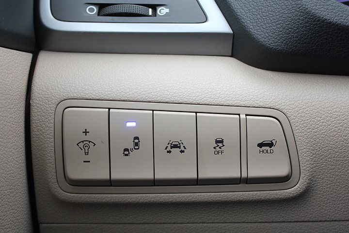 Кнопки второстепенных функций - слева от руля. Фото: Андрей ГРЕЧАННИК