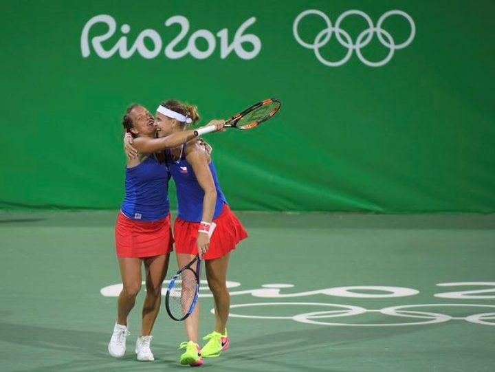 Чешские теннисистки Люция Шафаржова и Барбора Стрыцова – молодцы! Фото: REUTERS