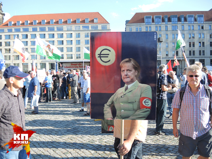 Меркель в нацистской форме. Фото: Дарья АСЛАМОВА