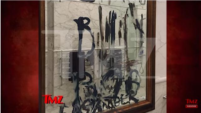 """Джонни окунул обрубок пальца в синюю краску и написал на зеркале в ванной: """"Доступная Эмбер"""" и """"Билли Боб"""". Фото: кадр видео."""
