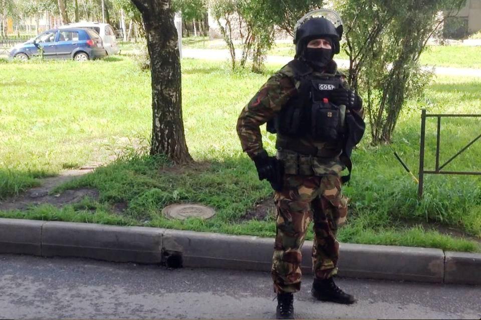 Бойцы в масках и бронежилетах оцепили дом. Фото: Анатолий ЗАЙОНЧКОВСКИЙ