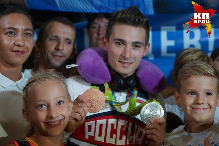 С детьми Давид Белявский охотно фотографировался еще очень долго Фото: Алексей БУЛАТОВ