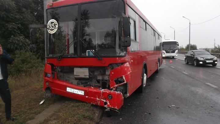 ВКазани иностранная машина врезалась вавтобус