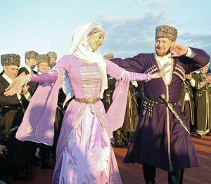 Рамзан Кадыров (это он на снимке справа) любит потанцевать. Особенно с красивыми девушками.