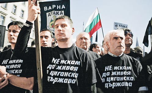 Очередной антицыганский митинг в столице Болгарии Софии. Слоган на майках демонстрантов можно понять и без перевода: «Не хотим жить в цыганской державе»
