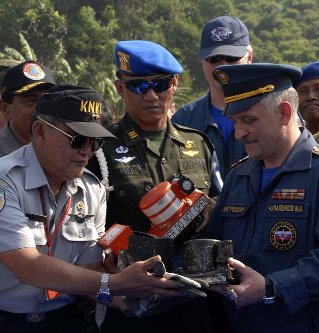Индонезийские и российские спасатели нашли «черный ящик» и приступили к его расшифровке. Фото: REUTERS