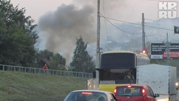 Звонок о пожаре в Ижевске поступил в 20.40, через три минуты пожарные были на месте. Фото: Алексей ИВАНОВ