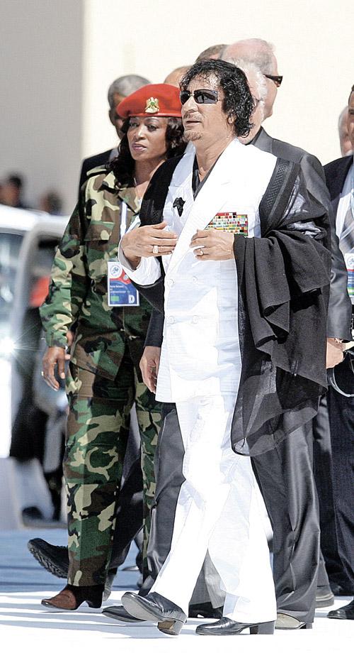 Повсюду Каддафи сопровождали красотки в военной форме. Телохранительницы во всех смыслах этого слова.