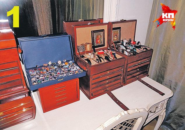 В одной из спален уЕвгении Васильевой хранились ящики сколлекциями часов и драгоценностей.