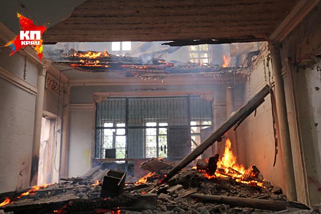 Сначала по клубу ударила артиллерия — украинцы стараются разнести все здания на возвышенностях и господствующих высотах Фото: Александр КОЦ, Дмитрий СТЕШИН