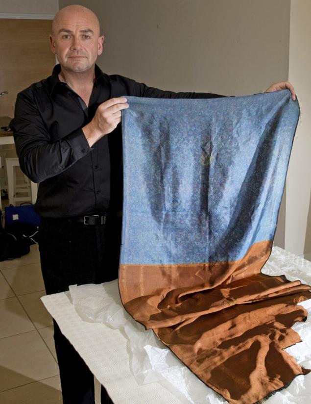 Рассел Эдвардс с той самой шалью, на которой обнаружилась ДНК маньяка.