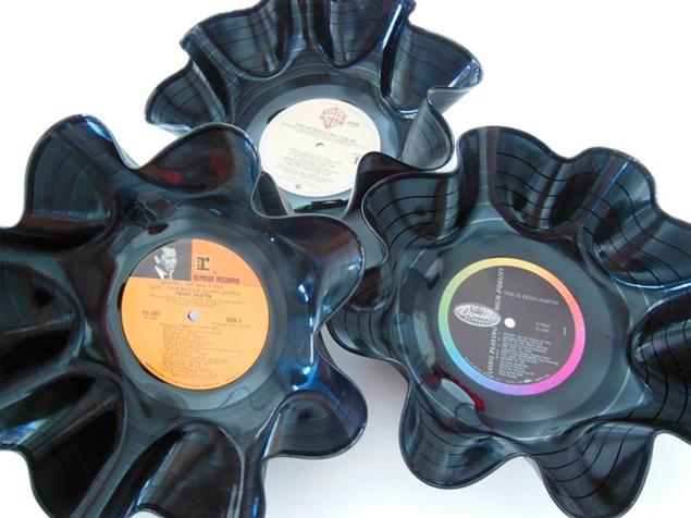 «Драпированные» вазочки из пластинок часто использовали как цветочные горшки - дырочка-то для стока воды в них уже есть! Фото: zapivo.net